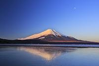 山梨県 朝焼けの富士山と逆さ富士の山中湖
