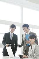 ノートパソコンを見るビジネスマンとビジネスウーマン