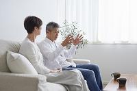 リビングで会話する日本人シニア夫婦