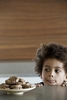 お菓子を食べたい黒人の男の子