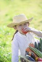 トマトをかじる日本人の女の子