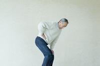 腰が痛いシニアの日本人男性
