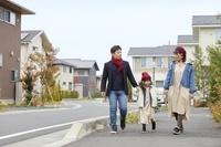 住宅街を散歩をする日本人家族