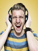 音楽を聴く男性