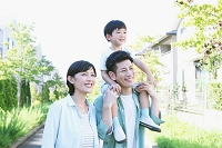 住宅街と肩車をする日本人家族