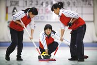 カーリングをする女性チーム