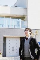 住宅の前に立つ日本人男性