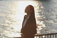 川辺に立つ日本人女性のシルエット
