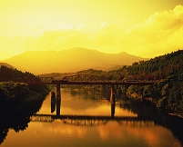 新潟県・阿賀町 阿賀野川とJR磐越西線のSL(夕)