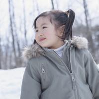 雪で遊ぶ女の子