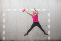 ハンドボールをするミドル女性