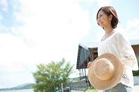 麦藁帽子を持った日本人女性