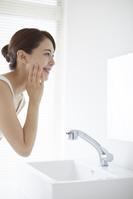 洗顔をする日本人女性