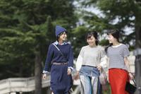 友人と街歩きする日本人女性