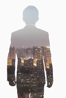 若いビジネスマンの後姿と夜景
