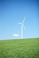 丘の上の風力タービンと青空
