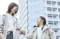 散歩をする日本人親子