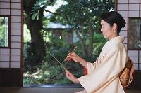 俳句を書く着物の日本人女性