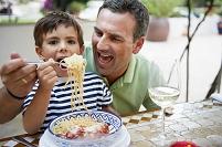 パスタを食べる親子