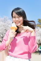 ソフトクリームを持つ若い日本人女性