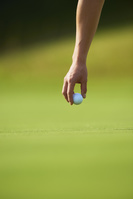 ゴルフをするゴルファー