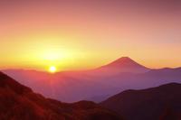 山梨県 櫛形山林道から望む富士山と朝日