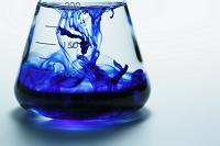 青い液体が入ったフラスコ