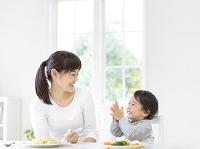 食卓につく日本人親子