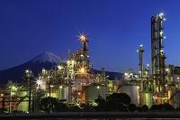 夜明けの工場と富士山