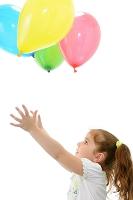 風船で遊ぶ少女