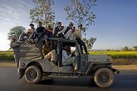 ジープに乗る人々