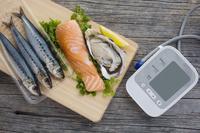 魚介類と血圧計