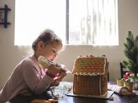 クリスマス菓子を仕上げる子供