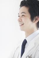 白衣を着た笑顔の日本人男性の横顔