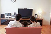 テレビを見る家族後姿
