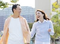 腕を組む日本人夫婦
