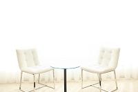 2脚の白い椅子とテーブル