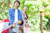 見上げている日本人家族