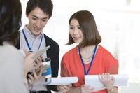資料を見ている日本人ビジネス男女