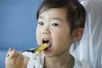 パンケーキを食べる日本人の女の子