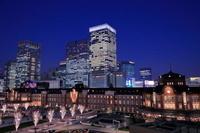 東京駅と駅前広場のイルミネーションの夜景