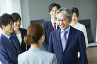 談笑する日本人ビジネスパーソン