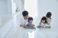 絵本の読み聞かせをする両親