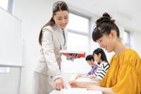 先生の指導を受ける学生