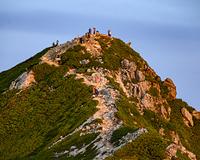 唐松岳頂上山荘から見る唐松岳山頂の登山者