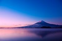 山梨県 逆さ映りの紅富士