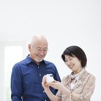 陶器を手にとるシニア夫婦