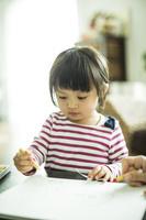 お絵描きする日本人の女の子