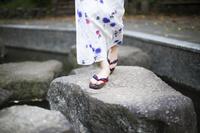 石橋を渡る浴衣の日本人女性の足下