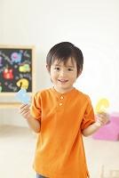 アルファベットのパズルで遊ぶ日本人の男の子